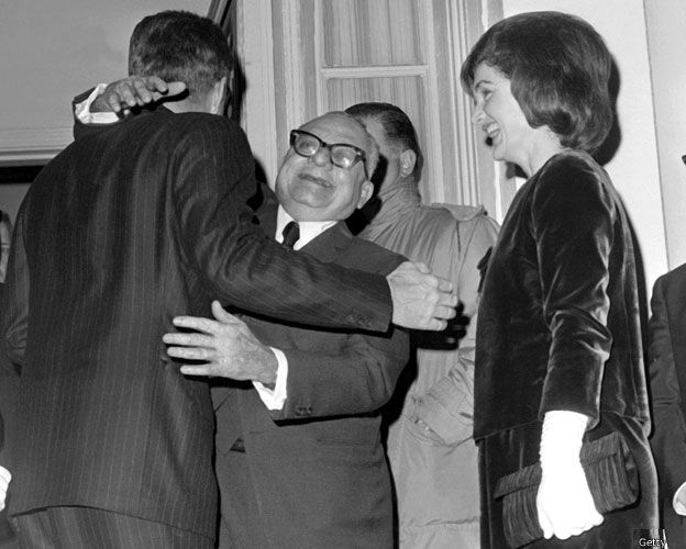 Rómulo Betancourt abraza a Kennedy en 1963