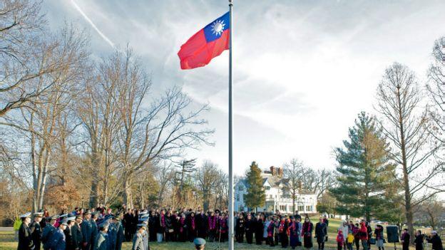 2015年1月,台湾外交官员在美国华盛顿的大使馆旧址举行升旗仪式庆祝新年。