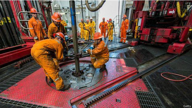 Obreros trabajan en una planta de Pemex en México.