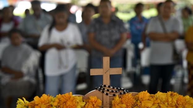 Familiares de los estudiantes desaparecidos rezan en la escuela Normal de Ayotzinapa