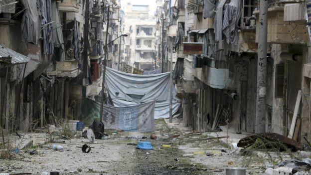 Halep'in Selahaddin semtinde keskin nişancılardan kurtulmak için asılan örtüler.