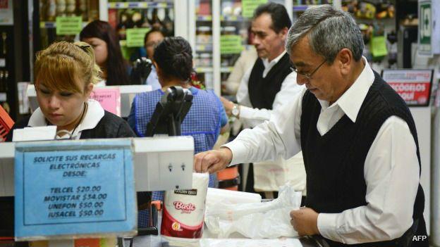 Clientes en la caja de un supermercado en México.
