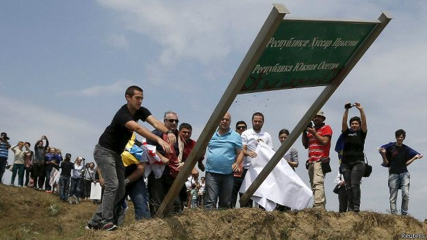 Жители сносят знак на непризнанной границе Южной Осетии