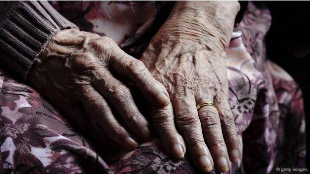 Unas manos ancianas