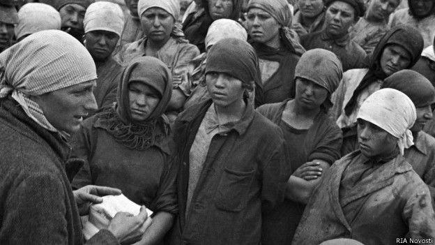 Женщины-землекопы на шахте в Горловке (1930)