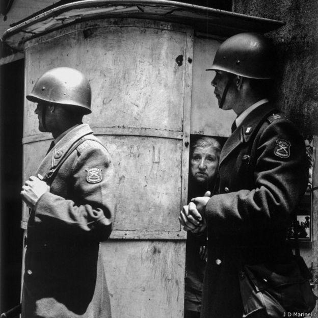 Mujer rodeada de policías