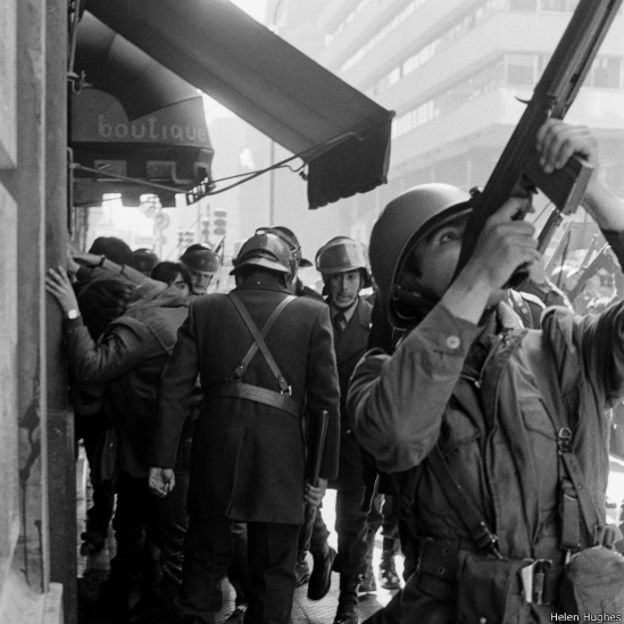 Militar apuntando con un arma