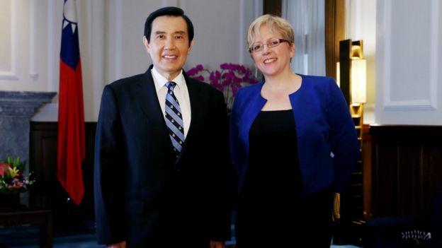 馬英九(左)與凱瑞合影