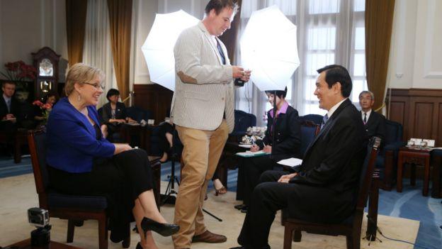 馬英九(右)在採訪開始前與凱瑞閒聊