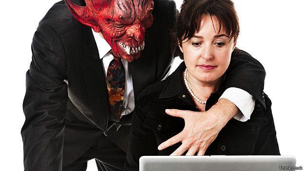Босс пристает к секретарши видео