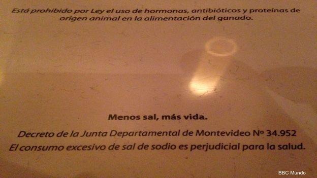 Advertencia sobre el consumo de sal en el menú de un restaurante de Montevideo.