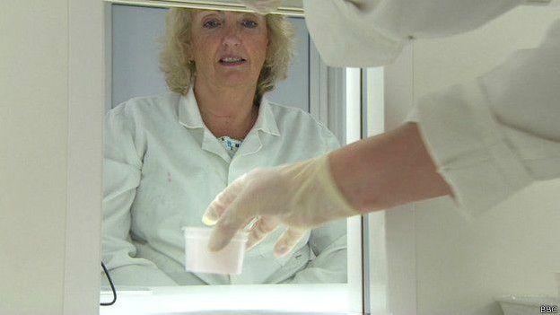 Super degustadora trabjando en un laboratorio de Ciencias del Márketing en Kent, Inglaterra