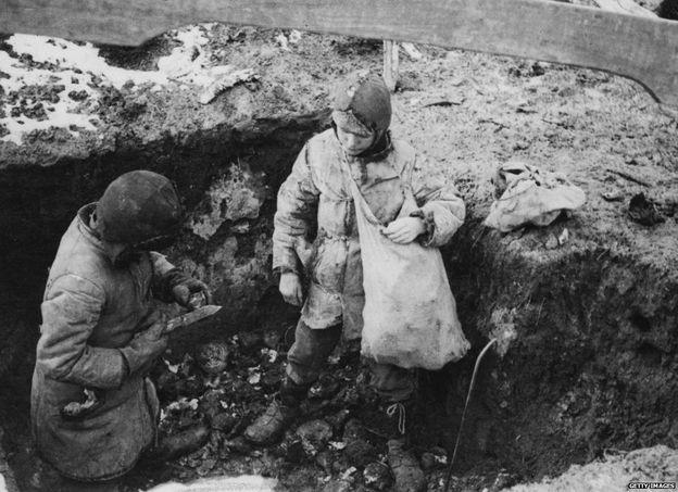 Trẻ em kiếm khoai tây để ăn thời kỳ Nạn đói Ukraine, 1934
