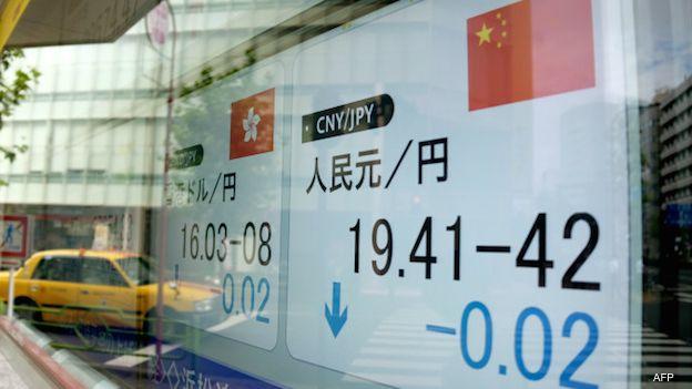 Una pizarra cambiaria refleja la devaluación del yuan en China por tercer día consecutivo