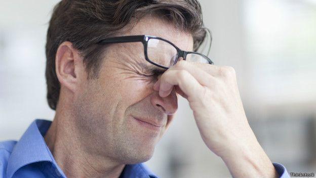 Homem com expressão de dor (Foto: Thinkstock)