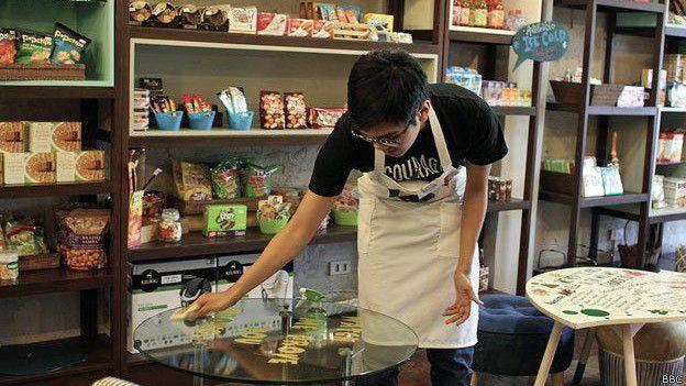 Jose trabajando en el café