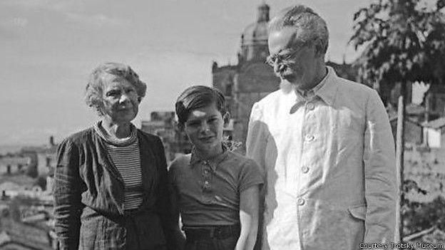 Эстебан Волков (в центре) со Львом Троцким и его второй женой Натальей Седовой