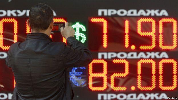 """""""Черный понедельник"""": курс рубля упал до рекордного минимума"""
