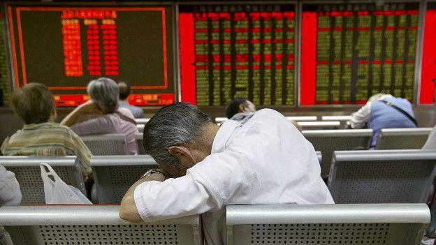 Inversor chino observa cómo cae la bolsa china