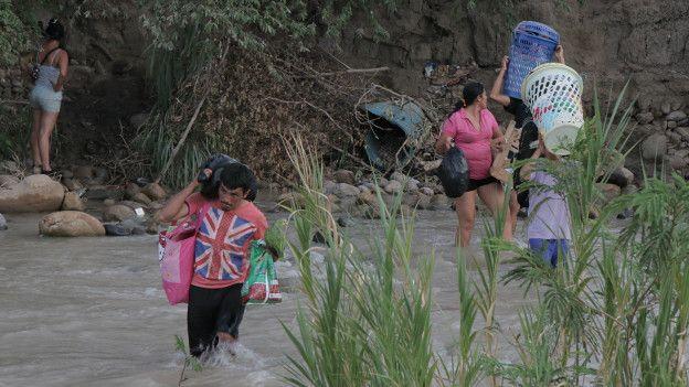 Colombianos cruzando el río Táchira desde Venezuela