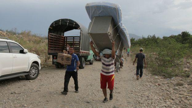 Abandonando Venezuela con las pertenencias al hombro