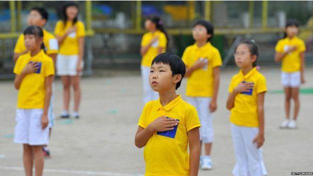 niños de Corea del Sur cantan su himno nacional