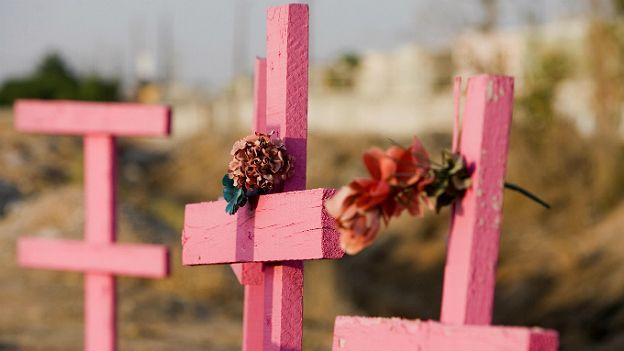 Cruces rosas marcan el asesinato de mujeres en Ciudad Juárez