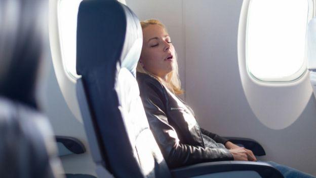 Una persona duerme en un avión