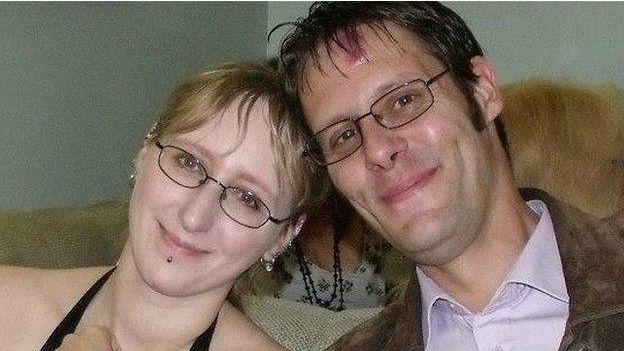Nikki Pegram  con su pareja Chris Johnston