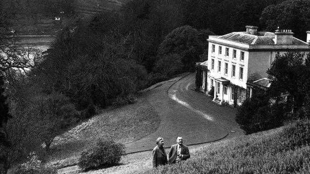 Agatha Christie y su marido, Max E. L. Mallowan, en los jardines de su casa en Devon.