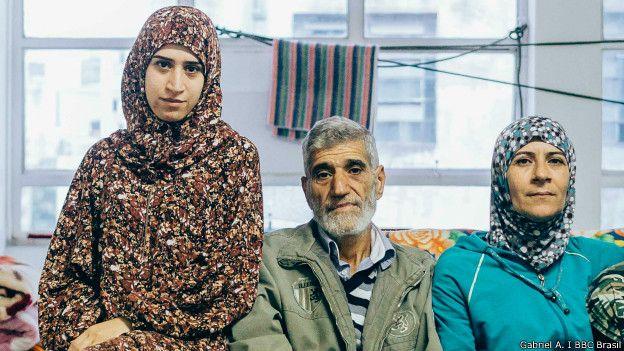 """""""Todos os lugares na Síria estão em guerra"""", diz Amina, à esquerda; ainda assim, jovem quer voltar ao país (Foto: Gabriel A./BBC Brasil)"""