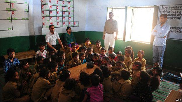 एक भारतीय स्कूल के अध्यापक और छात्र.