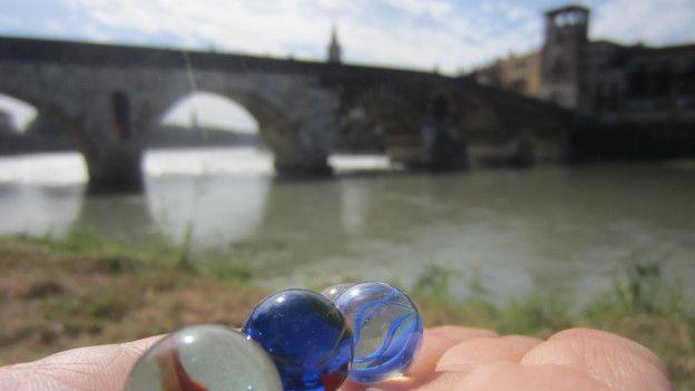 Bolas de gude em Verona | Foto: Guilherme Aquino/BBC Brasil