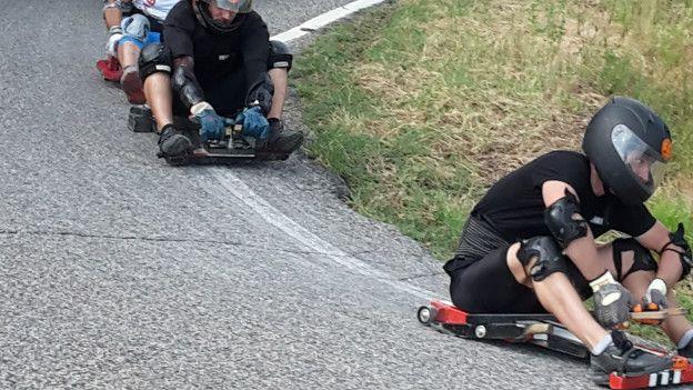 Homens em carrinhos de rolimã (Foto: Divulgação/Tocati)