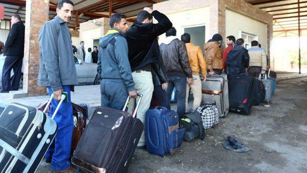 Trabajadores egipcios cruzan la frontera para regresar de Libia.