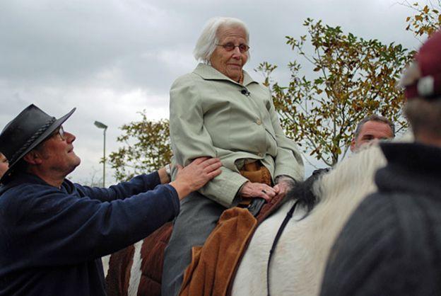 Старая женщина верхом на лошади