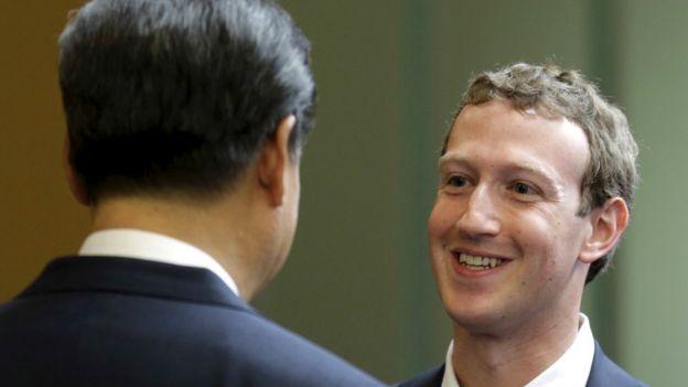 習近平在參訪微軟企業園區時和臉書執行長札克柏格會面。