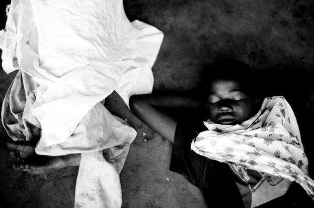 Niño dormido en las calles de Maputo