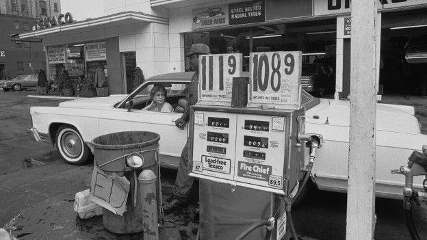 Una persona en una estación de gasolina en Estados Unidos en los años 70