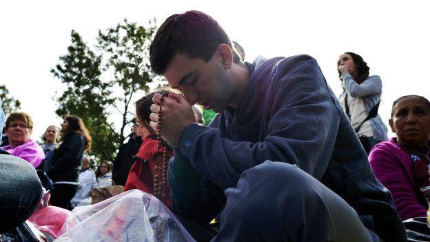 Un joven rezando