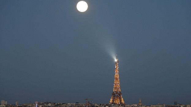 Superluna torre Eiffel Paris