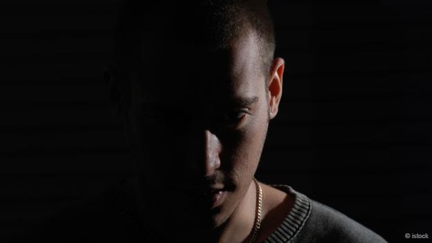 Una persona en la oscuridad