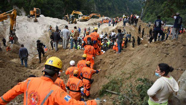 Excavadoras remueven la tierra para facilitar la búsqueda.