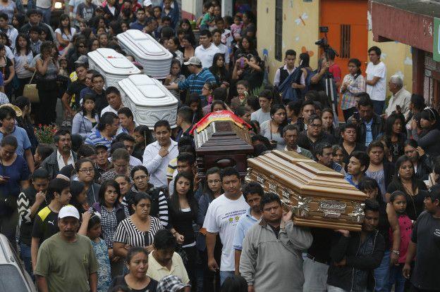 Ataúdes de víctimas del deslave en Guatemala