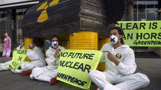 Hay un enconado debate social sobre la conveniencia o no de la energía nuclear.