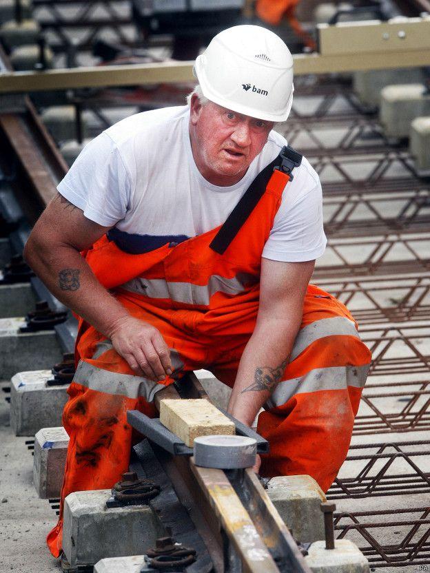 Пенсионер, работающий на строительстве моста