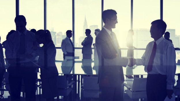 Personas hablan en un ambiente ejecutivo