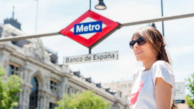 Una joven frente a la estación de metro Banco de España, en Madrid