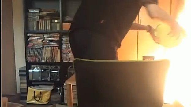 Cuando Daasuke se dio cuenta de que su casa se estaba quemando, ya era tarde.