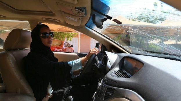 Mujer saudita conduciendo